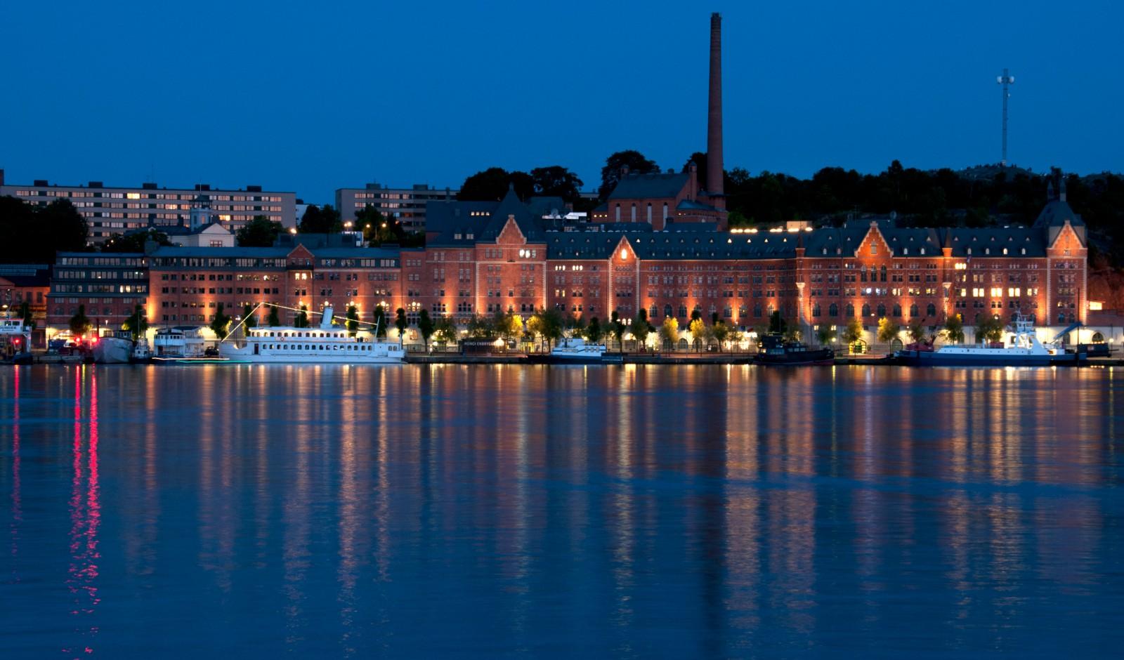 <h1>Münchenbryggeriet</h1><h4>Under slutet av 2012 levererade Stockholm Lighting 26 st Lumenbeam Medium för belysning av Munchenbryggeriets fasad. Installationen planerades och genomfördes av Elektrounion AB.</h4>