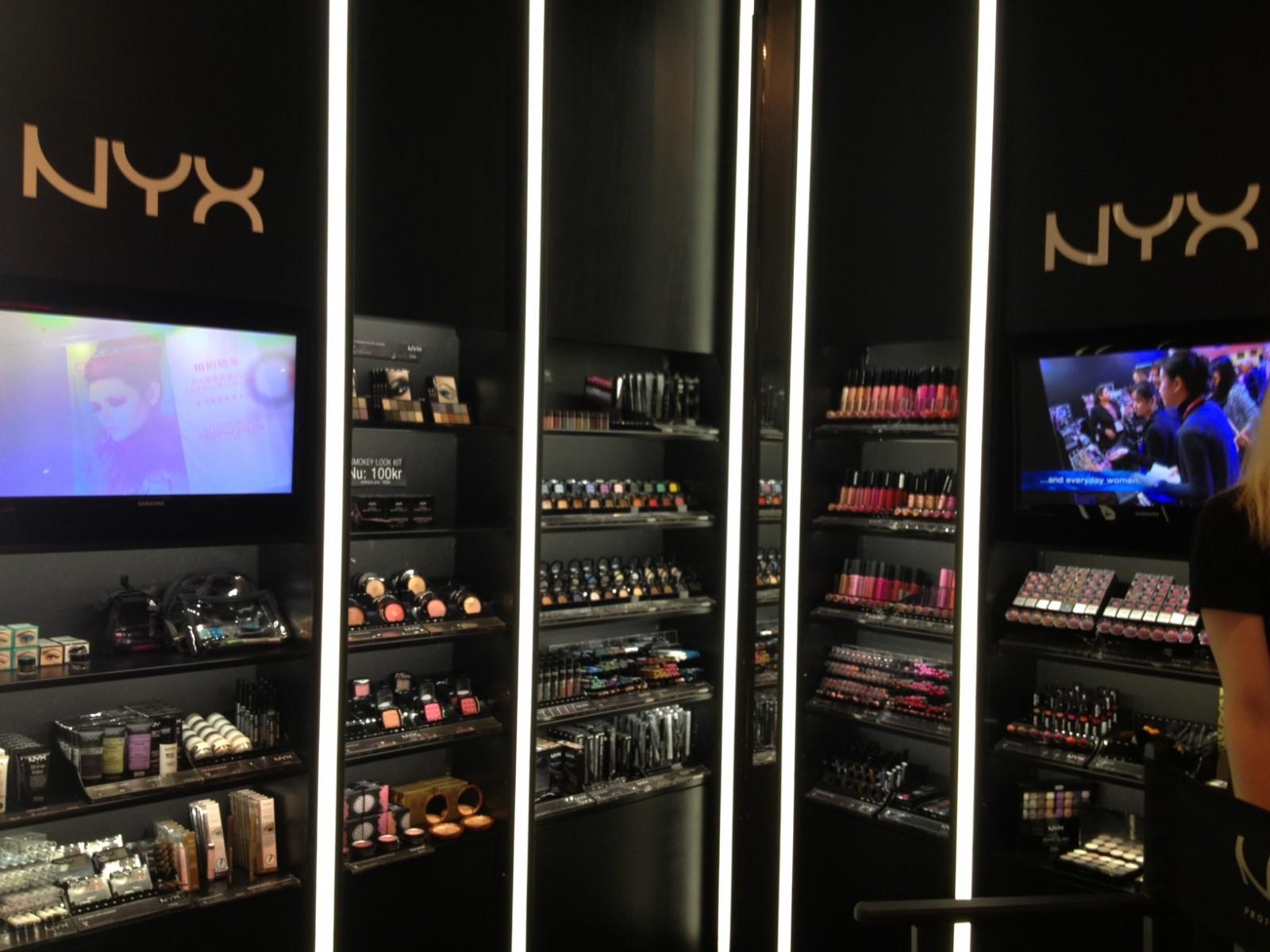 <h1>NYX Cosmetics</h1><h4>Strenge krav til belysning af kvalitets kosmetik</h4><a href='http://www.stockholmlighting.se/referenser/nyx-i-gallerian'>Læs mere <i class='icon-arrow-right'></i></a>