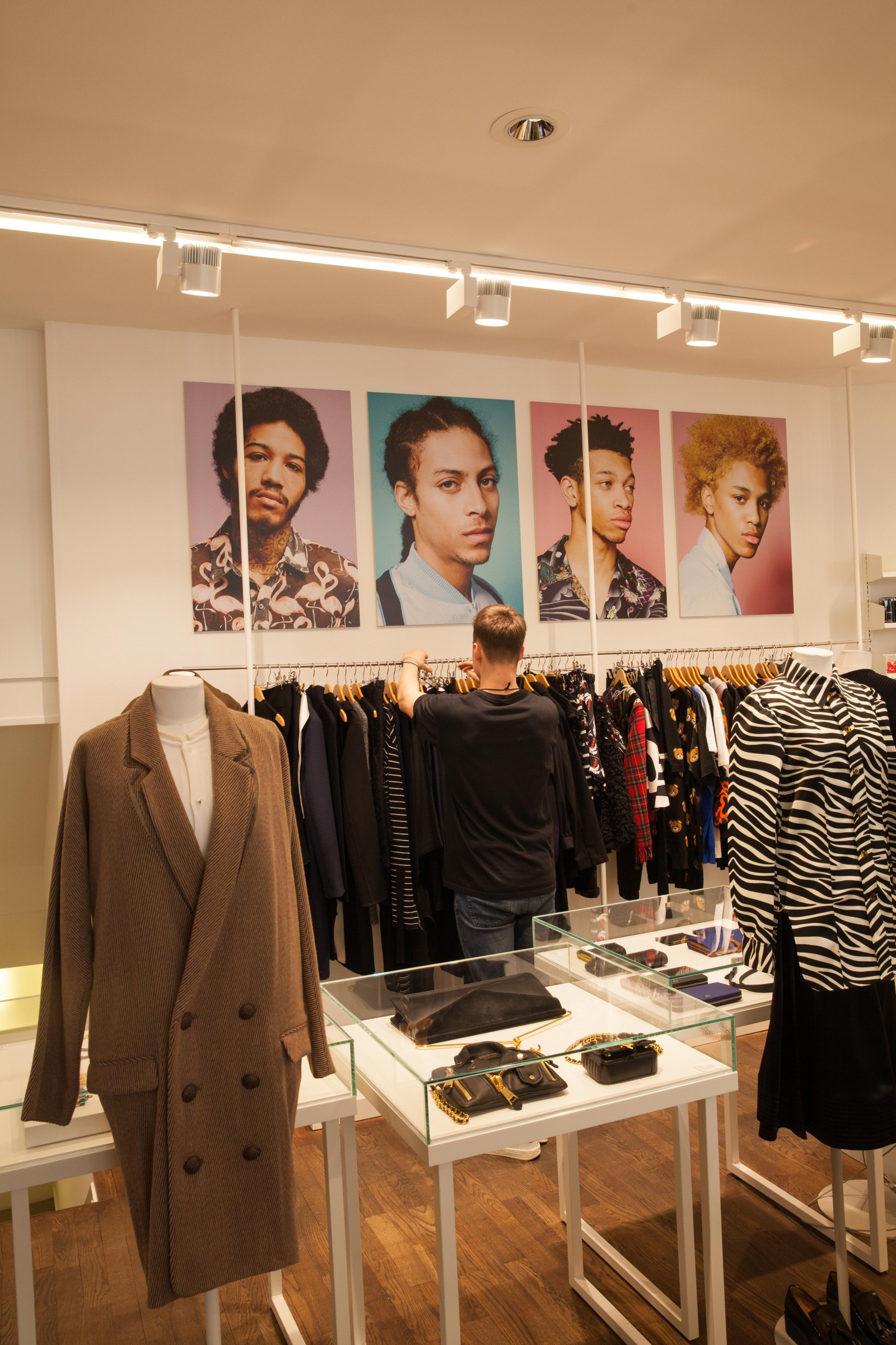 <h1>Storm Fashion Design</h1><h4>Lyset er en vigtig del af at præsentere varerne i forretningen på med farver og detaljer.</h4>